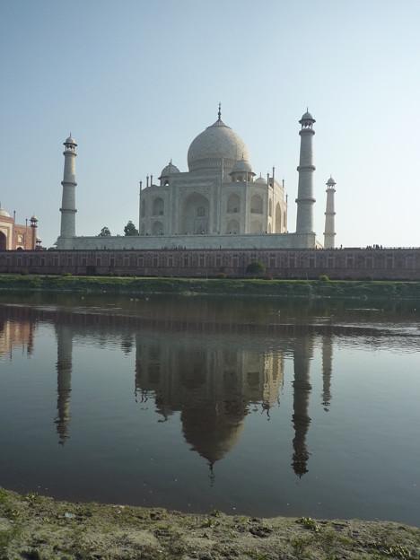 47 タージ・マハルに最接近Taj Mahal on the opposite bank    *逆しまに河に映れる霊廟の影を乱さん風な吹きそね