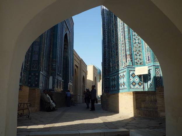 巡礼も一休み シルクロード サマルカンド Pilgrims sitting on a bench  in Samarkand
