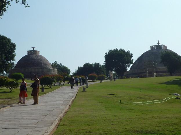 サーンチー遺跡第1塔と第3塔 Sanchi Stupas from the entrance