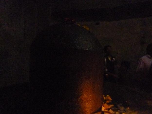 暗がりの聖なるリンガ  Holy Linga as Shiva in the dark  *世々を経し齋(いつき)リンガに手触れんとぬばたまの闇に人の犇く