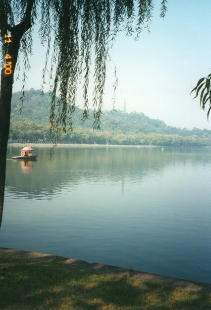 西湖の白日夢、杭州 Lake with Pagoda and a boat,China  *水の面(も)の宝石山の影乱し漕ぎいでし舟のあけの笠見ゆ