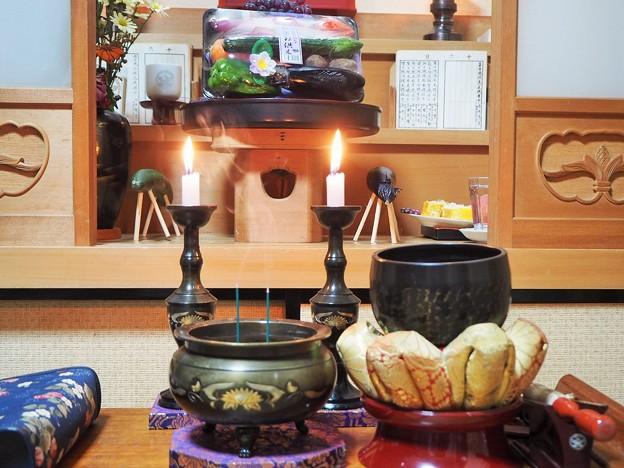 *足あげて胡瓜の馬の休むさま Offerings for Obon at Altar
