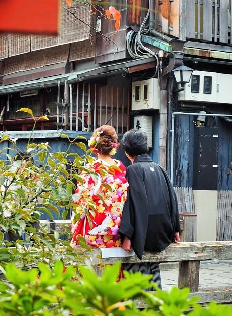写真: *初夜を待つ二人紅葉の巽橋 Newlyweds on the Bridge