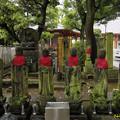 写真: 見送り地蔵(左奥)と六地蔵 宝仙寺 18082016