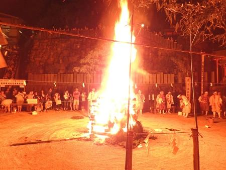 狸谷山不動院 火渡り祭09 照らし尽くす火柱