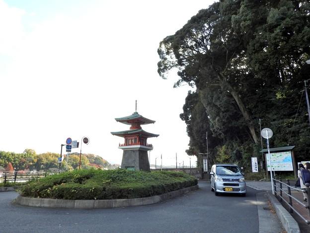 写真: 石山寺駅06 ミニ多宝塔1