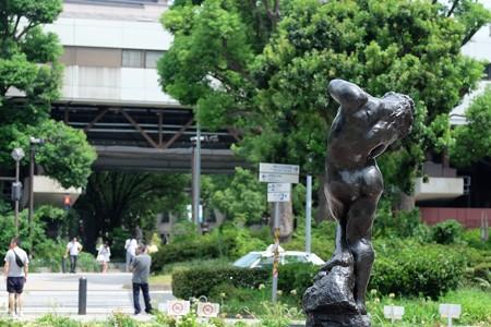2016.08.18 大通り公園 関内駅を望む 瞑想のある風景