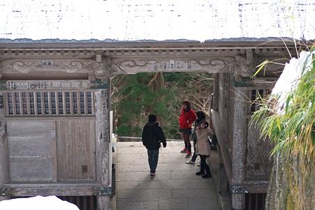 2011.03.09 山寺 仁王門 女子チーム