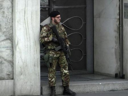 160518-23街角の兵士