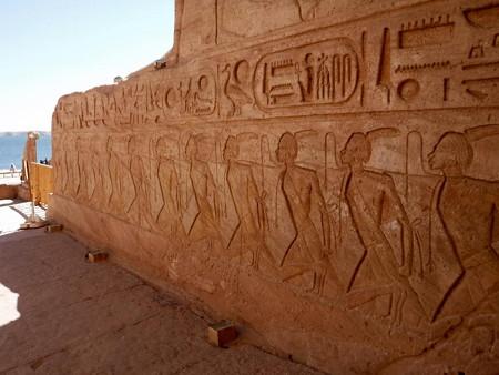 170216-19神殿入口前左
