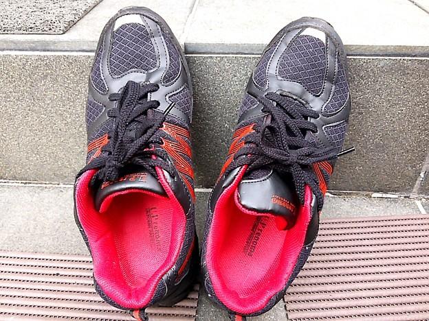 写真: 長く歩くと足の裏が痛くなる安物。散万歩靴は、やっぱしエエのんが欲しい…(・・)ぴ