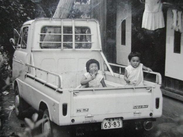 写真: 荷台に姉妹