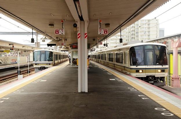 奈良駅221系の賑わい♪ 4番みやこ路快速&5番大和路快速