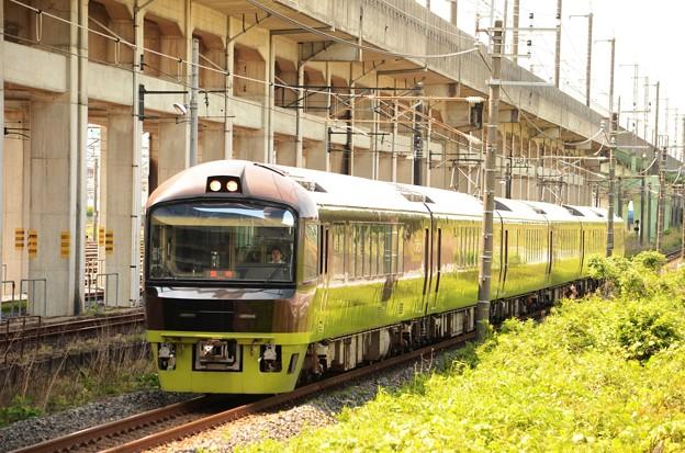 緑映える臨時快速リゾート那須野満喫号 宇都宮貨物(タ)通過