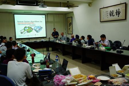 マイクロマウス台湾大会試走後のミーティング