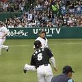 写真: 三塁に走るナカジ