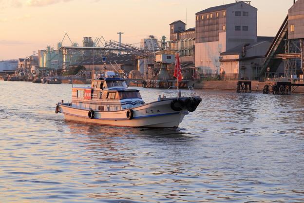工場群をすり抜ける小型船