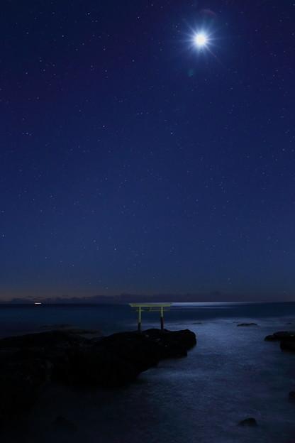 写真: 星と月と海、そして神