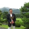 写真: 足利カントリークラブ理事長杯決勝で優勝のカップを手にするアシカンファミリーの達也さん2014.7.20
