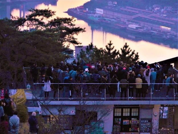 初日の出を待つ初詣客 in 千光寺山ロープウェイ山頂駅・展望台