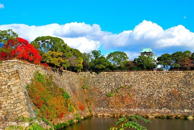 秋深し広大なる城壁