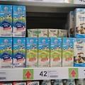 写真: スーパーの牛乳売り場、ヤギの乳はお高いです 乳量少ないですもんね!