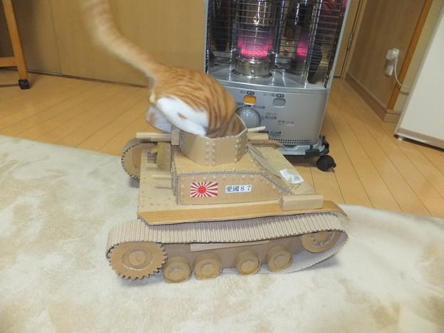 コゾ戦車に飛び乗る