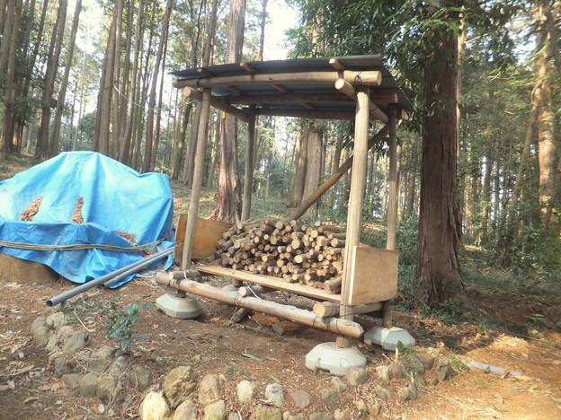 井戸横の薪小屋