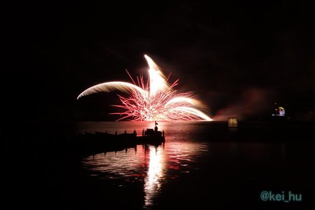写真: 芦ノ湖水中花火