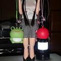 カエルとリンゴのケータイストラップを持ったアゾン衣装姿のREINA