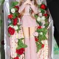 Photos: J5用ファッションウェアを着た棺の中のジェニー(J1)