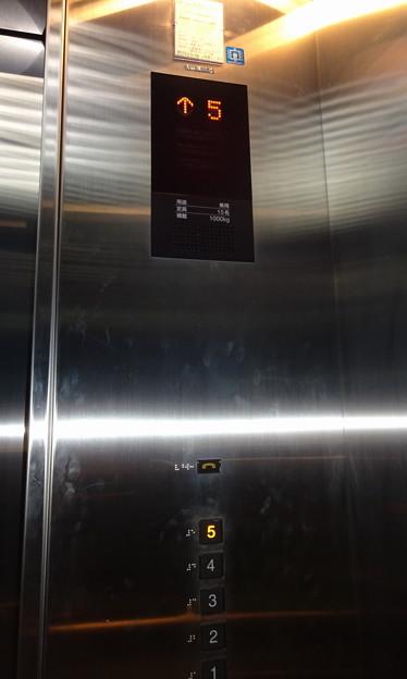 東京競馬場フジビュースタンド東館のエレベーター操作盤(三菱電機製)