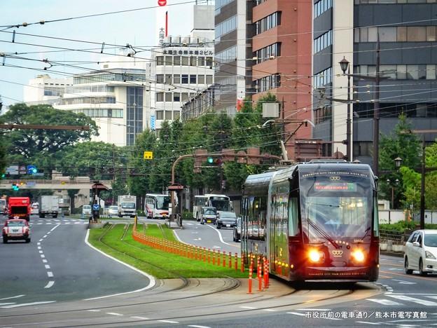市役所前の電車通り。