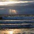 日本海の荒波と光芒