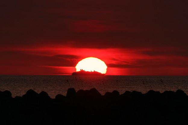 能登の海に沈む 夕陽と豪華客船?