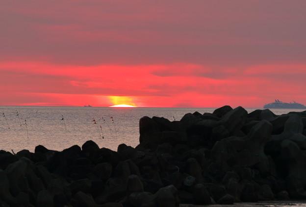 沈む夕陽と大型客船(右端)