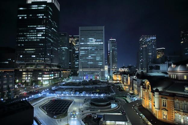 東京駅前  東京駅と高層ビル