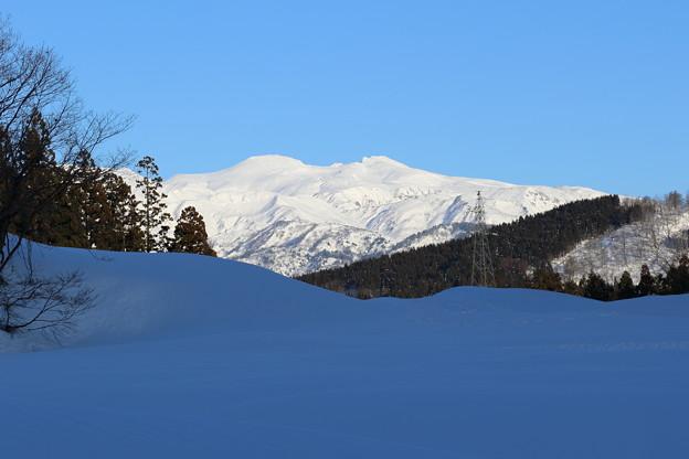 白山とブルーの雪