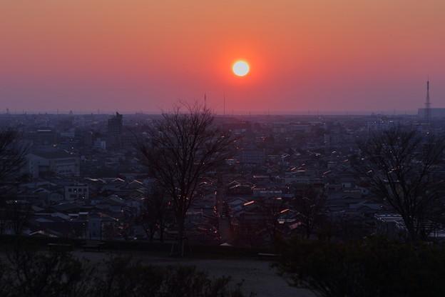 日本海に沈む夕陽と光る街並み