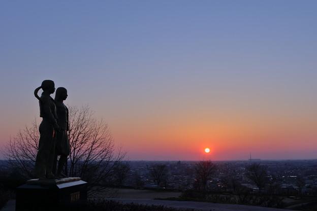Photos: 夕陽と希望・友愛の像