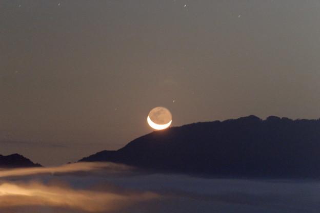 写真: 雲海と地球照