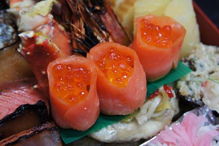 黄身寿司のスモークサーモン巻 いくら添え