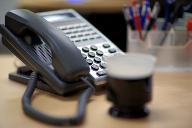 電話機とティーカップのデスク