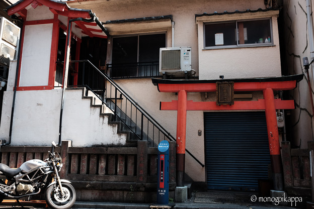 写真: 住居一体型の祠-3107