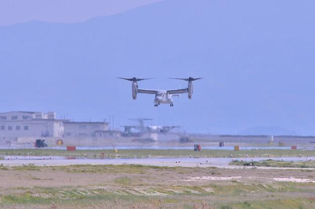 普天間のMV22オスプレイ ヘリモードで岩国基地着陸。。20140504
