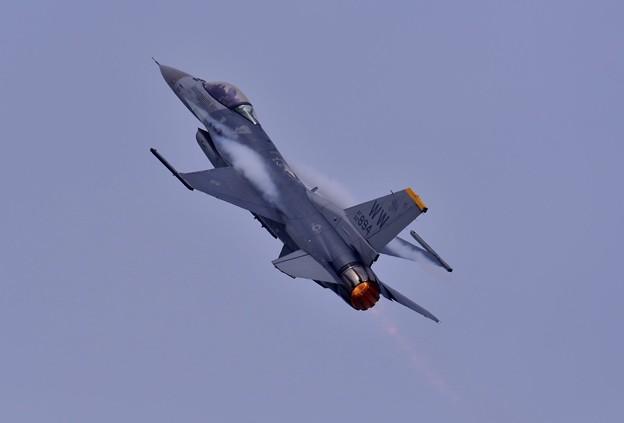 三沢のF-16デモストレーションチームの機動飛行。。5月5日