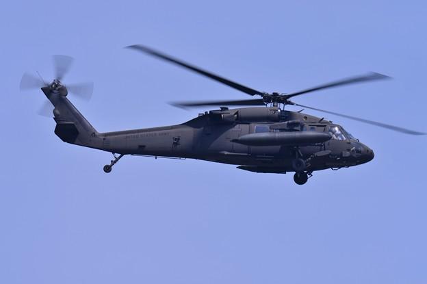 ある日の厚木基地 米陸軍のブラックホークUH-60A アプローチ・・20150428
