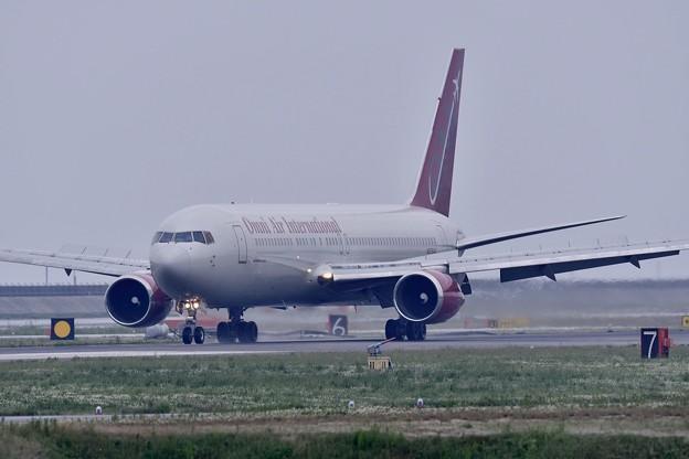 岩国基地 雨の中 チャーター便オムニエアー到着。。5月6日