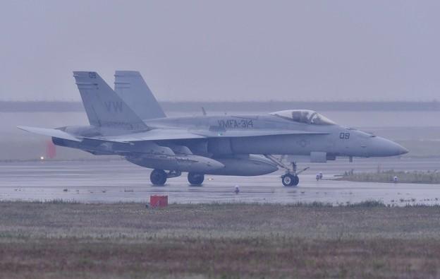 岩国基地 雨の中帰投した米海兵隊Blackknightsのホーネット 5月6日