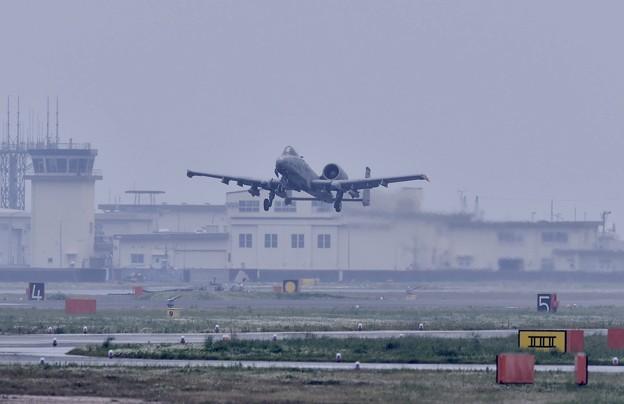岩国基地 雨の中。。韓国オーサン基地へ帰投 A-10サンダーボルトテイクオフ。。5月6日